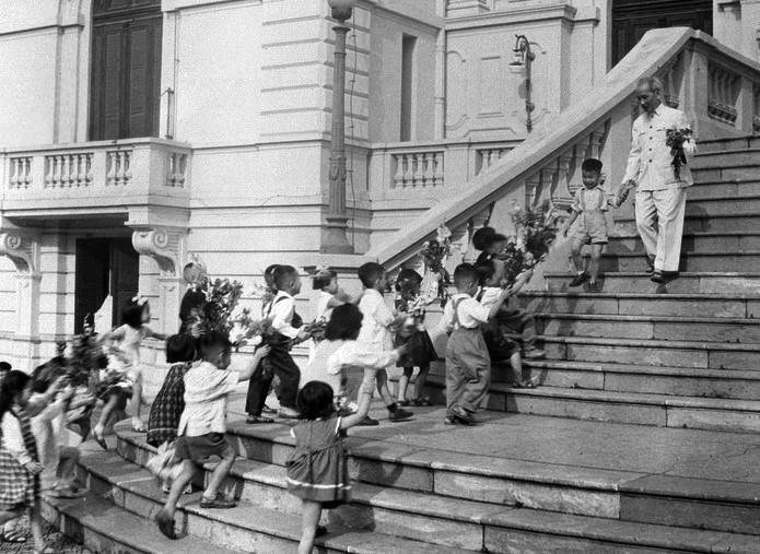 Chủ tịch Hồ Chí Minh đón các cháu thiếu nhi tại Phủ Chủ tịch trong ngày Tết Trung thu năm 1961. (Ảnh: Tư liệu TTXVN)